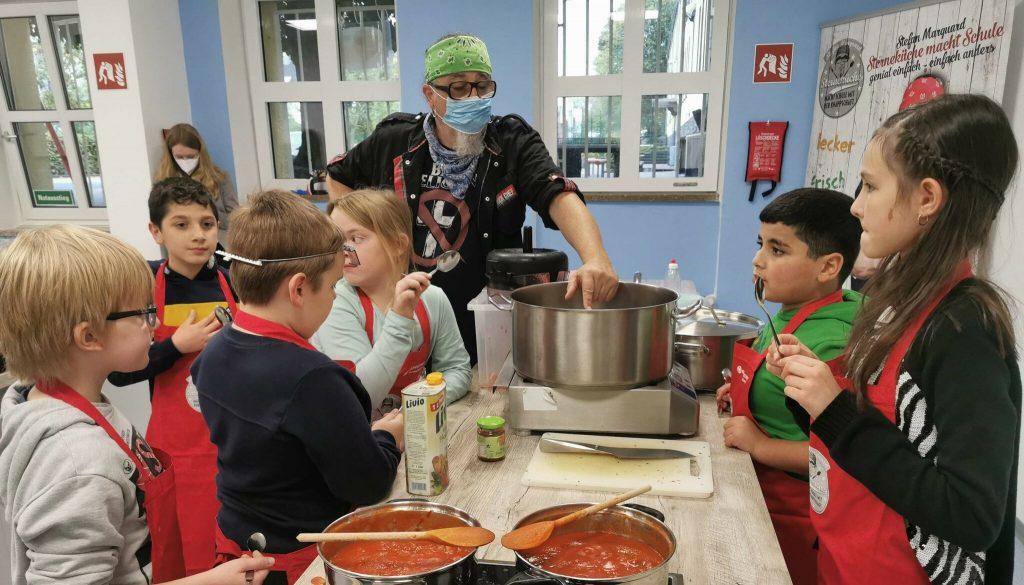 Sternekoch Stefan Marquard kocht mit unseren Kindern eine leckere und gesunde Currywurst.